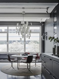 PK 54 table and PK 9 chairs by Poul Kjærholm from Fritz Hansen   VIPP New york apartment and showroom