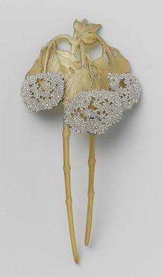 Haarkam in de vorm van twee takken Viburnum, René Lalique, ca. 1902 - ca. 1903  hoorn, goud en diamanten, h 15,5cm × b 7,6cm. Rijksmuseum: