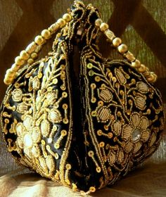 This beautiful black potli bag/clutch purse with heavy beadwork will go with most of your dresses. It closes with a zip, and has magnetic buttons to help you fold it in. Bangle shaped handles mean that it can be conveniently worn on the wrist - See more at: http://giftpiper.com/Handmade-Black-Beadwork-Potli-Bag-id-261353.html#sthash.Jzl7z3CD.dpuf