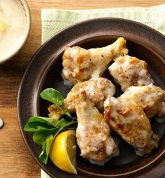Creamy Parmesan-Garlic Chicken Wings / adding roasted garlic and grated lemon peel to purchased Alfredo sauce transforms these baked chicken wings into something truly special. Baked Garlic Parmesan Chicken, Garlic Chicken Wings, Roasted Garlic, Baked Chicken, Parm Chicken, Boneless Chicken, Chicken Wing Recipes, Recipe Chicken, Carne