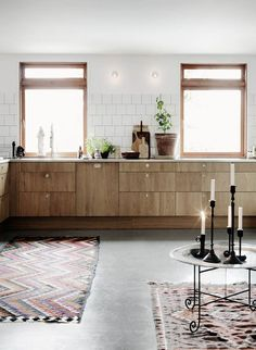 Love the warm atmosphere of this kitchen with wooden cabinets and white square tiles with black grout (For more inspiration of kitchens featuring the lovely combination of white tiles and black