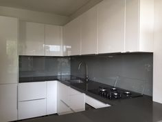 Metallic spatwand in een witte hoogglans keuken #splashback #keukenglas #backsplash #Interiorinspiration #kitcheninspiration #interiorinspiration #kitchenideas