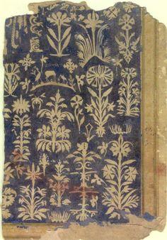 """Timur-i-lang: Page d'Album Décoration avec Cut-Paper, Shah Jahan album Inde moghole, ca. 1625-1650 """"La décoration de cette page est découpée à partir de papier beige et fixées sur un fond de papier bleu. Il représente plantes à fleurs et une paire d'oiseaux d'eau longues pattes flanquant un cerf. La calligraphie, que partiellement décrypté, est intégré dans le motif floral, feuillage ressemblant dans la partie inférieure et un motif de vrilles comme dans la partie supérieure. Les mots peut…"""