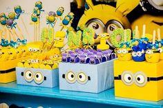 Amo a mistura entre as cores azul e amarela e elas ganharam destaque nessa decoração inspirada no filme Meu Malvado Favorito. Os Minions invadiram a festa de 4 anos do Henrique e encheram os olhos dos convidados.