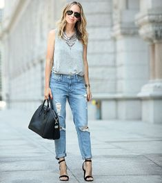 street-style-calca-jeans-boyfriend-com-sandalia-preta-regatinha
