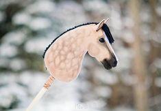 Samantyylisen ajattelin tehdä myös SM'… Rune butterfly with mare bean pattern. Stick Horses, Horse Crafts, Hobby Horse, Horse Stables, Horse Photos, Giraffe, Butterfly, Pattern, Animals