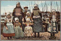 Groepje van acht Marker kinderen poseert in dracht aan de haven. Schepen op de achtergrond. 1910-1920 #NoordHolland #Marken