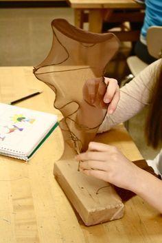 Sculptuur van ijzerdraad en pantykous. Over de pantykous breng je een laag Gesso, is een primer, aan. Daarna verf je het geheel dekkend.