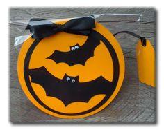 Convite original, super diferente, personalizado em formato circular, com sobreposto de recorte de morcegos. Os olhinhos móveis aplicados aos morcegos são um detalhe a mais. www.amornopapel.com.br