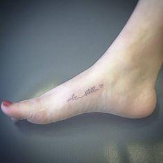 Tatuaje que dice Be still frase en inglés que...