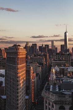 Atardecer en la ciudad. El Flatiron Building en primer termino. al fondo, el One World Trade Center.