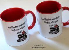 **Kaffeebecher Nähmaschine & Spruch mit Karton**  Spruch:Kaffeetrinkendes - Nähsüchtiges Weib!  Kaffeebecher kommt in einem beigegelben Dekokarton  Becher hat dunkelroten Henkel und Rand...