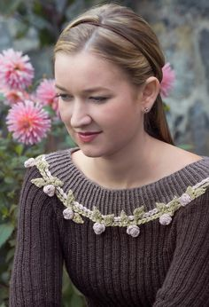 Lekker genser i nydelig luksuskvalitet av silke og alpakka. Denne ribbestrikkede genseren har en kledelig og lekker fasong og kan gjerne brukes til de fineste anledninger. Foto: Anne Helene Gjelstad
