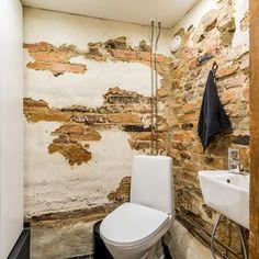 Kellarikerroksen wc:n rouhea tiiliseinä