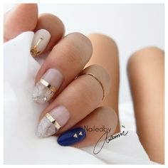 I love this gold marble nail art manicure! It's so elegant and on trend.