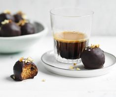Almond-maple bliss balls recipe - Stir almond butter, maple syrup and a good pinch of sea salt in a bowl until mixture thickens minutes), then stir in almonds and cacao nibs. Gourmet Recipes, Sweet Recipes, Dessert Recipes, Healthy Recipes, Desserts, Healthy Chocolate Snacks, Healthy Sweets, Healthy Snacks, Bliss Balls