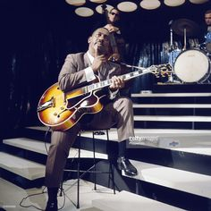 american-jazz-guitarist-wes-montgomery-performs-with-a-gibson-l5-semi-picture-id508259269 (1023×1024)