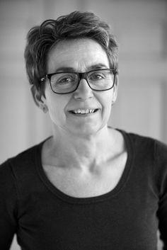 Pia Andreassen er uddannet ernærings- og husholdningsøkonom og arbejder som freelance-madskribent. Hun har været fast tilknyttet Ude og Hjemme de sidste 12 år og står bl.a. bag bladets meget populære Dukanopskrifter.