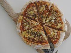 Pizza de casa cu ton si galbiori - Rețete Papa Bun Ketchup, Pepperoni, Mozzarella, Vegetable Pizza, Quiche, Vegetables, Breakfast, Food, Morning Coffee
