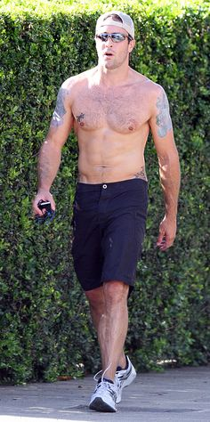Pictures of Hawaii Five-O's Alex O'Loughlin Jogging Shirtless in Oahu