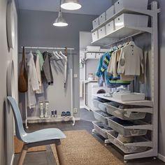 Vestidor con soluciones de almacenaje desde el techo hasta el suelo (cestos de rejilla, estantes y barras).