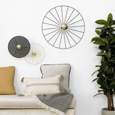 Tan tan aplique negro  /  ¡Un punto de luz muy original!  Añade un punto de luz extra a tus estancias con el aplique Tan Tan, un diseño de ratán en negro con forma circular. El aplique no es sólo decorativo ya que crea un efecto de iluminación en la pared debido a los agujero del ratán. ¡Te encantará decorar con ella! Forma Circular, Throw Pillows, Bedroom, Design, Home Decor, Farmhouse Rugs, Small Space Furniture, House Decorations, Wall Sconces