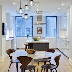 I have this tiny kitchen in my apartment.sigh :) Platt Dana Architects, New York renovation, kitchen, Saarinen table, Norman Cherner chairs Mesa Saarinen, Saarinen Table, Upper East Side, Mesa Tulip, Kitchen Decor, Kitchen Design, Kitchen Layout, Dining Room Inspiration, Style Inspiration