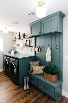 Give your laundry room with this Vintage Laundry Room Decor Idea! Find inspiration for your laundry room design classic and simple impressed. Mudroom Laundry Room, Laundry Room Design, Laundry Decor, Laundry Room Colors, Laundry Room Cabinets, Laundry Room Decorations, Teal Laundry Rooms, Unfinished Basement Laundry, Laundry Room Wallpaper