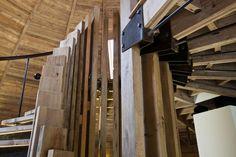 Abitare in un villaggio DOME HOME: TUTTA IN LEGNO È una struttura completamente autoportante, libera da colonne e pilastri. La scala è realizzata in legno di pino e acciaio grezzo.