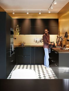 Les premières images du catalogue Ikea 2020 (édition d'août) - PLANETE DECO a homes world Catalogue Ikea, Design Ikea, Kitchen Remodel, Kitchen Cabinets, Furniture, Home Decor, Golden Yellow, Moment, Images