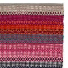 Von unseren erfahrenen Partnern in Indien aus 100% natürlicher Baumwolle in Leinwandbindung verarbeitet, zaubert unser leichter Teppich Aonla eine Prise Ethno-Flair in Ihr Zuhause. Der Mustermix belebt die Sinne und bringt kräftige Farben in Ihr Zuhause.   Kombiniert mit einer rutschfesten Unterlage bleibt der Teppich an Ort und Stelle.