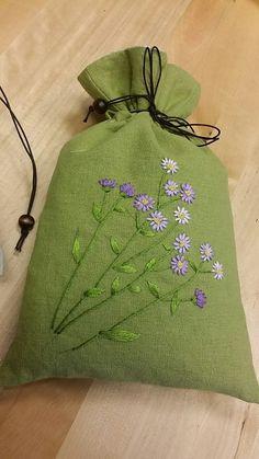 사진이 진하게 나온것도 있지만 끈파우치 실제색은 올리브그린입니다 연두색에 더 가깝다고 보시면 되요 꽃... Diy Embroidery Patterns, Embroidery Bags, Flower Embroidery Designs, Japanese Embroidery, Hand Embroidery Stitches, Silk Ribbon Embroidery, Embroidery Techniques, Cross Stitch Embroidery, Brazilian Embroidery