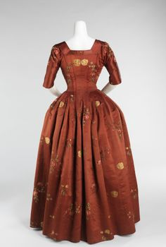 Back view, robe à l'Anglaise, Great Britain, 1740-1760. Red-rust coloured silk with floral sprays.