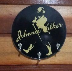 Porta chaves ou porta-toalha (cabideiro) em mdf com 15 cm de diâmetro. <br>Logotipo do WHISKEY JOHNIE WALKER, com 3 ganchos tamanho médio, ótimo para presentear. <br>FRETE GRÁTIS! <br>Serve para pôr em ambientes variados, como na área da Churrasqueira para pendurar toalha e avental, ou para o ambiente do bar, ou para enfeite da casa em geral. <br>Acabamento caprichado.