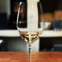 """En la Bodega El Porvenir comenzamos con una degustación de #torrontes (uno de mis vinos preferidos). Luego siguó el turno de 5  más para finalizar creando nuestro propio blend: """"Travelust"""": 50% petit berdot 35% tannat y 15% malbec. Esta es una de las #Bespoke exclusivas de #GraceCafayate nos divertimos un montón! Alguna vez participaron de alguna experiencia así?  #ExperienciaGrace #CafayateTMA #SaltaTanLindaQueEnamora #Blogtrip #Presstrip #argentina360 #travelblogger #iamTB #comuviajera…"""