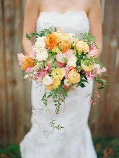 Fru lycklig: Brudbukett med vårens färger