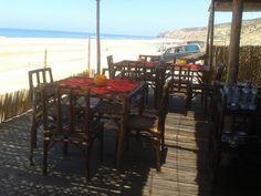 Una mesa frente al mar