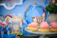 A mesa foi pensada para reproduzir o mundo da Cinderela, então a carruagem não poderia faltar Snow Globes, Decor, Play, Once Upon A Time, Cinderella, Fiestas, World, Decoration, Dekoration