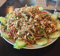 Det er ikke en ret, men Mai Chau er en by i det nordvestlige Vietnam i bjergene mod Laos. Området er omkranset af rismarker og er et landområde med masser af grøntsager og frugter.  To gange på samme dag har vi blandt andet fået kokkens salat til forret. Først en salat af bananblomster og den kom straks på listen med ugens bedste retter.   #salat #Vietnam
