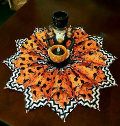 Fold n& Stitch Wreath Halloween Style And More - Quilting Cubby Halloween Quilt Patterns, Halloween Sewing Projects, Halloween Quilts, Halloween Crafts, Sewing Crafts, Halloween Fabric, Halloween Wreaths, Halloween Ornaments, Halloween Signs