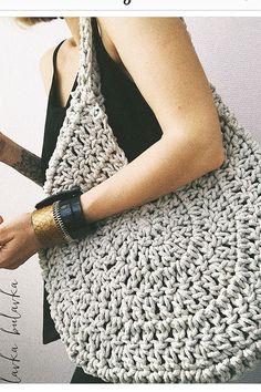 Best 12 Boho Crochet Bags – how to make your own OOAK bag – MotherBunch Crochet – SkillOfKing.Belt Gusset Purse pattern by Heidi NielingAdorable handbag round shape with its free grid! Mode Crochet, Crochet Shell Stitch, Crochet Diy, Crochet Tote, Crochet Handbags, Crochet Purses, Crochet Ideas, Purse Patterns, Crochet Patterns