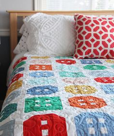 This is a fun fat-quarter quilt in 3 sizes. Each fat quarter makes 5 button blocks, so it's simple to make larger or smaller. I recommend this pattern for an intermediate to advanced beginner. This pa Fat Quarter Quilt, Fat Quarter Shop, Patch Quilt, Quilt Blocks, Quilt Kits, Football Quilt, Cluck Cluck Sew, Homemade Quilts, Machine Quilting