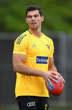 Jaeger O'Meara Photos - Jaeger O'Meara of the Hawks looks on during a Hawthorn Hawks AFL pre-season training session at Waverley Park on December 2016 in Melbourne, Australia. Australian Football League, Rugby Men, Beefy Men, Body Reference, Men In Uniform, Male Poses, Athletic Men, Soccer Players, Human Body