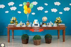 Um tema lindo que as mamães adoram para os meninos é a festa dos balões! Aqui, as fotos da Quitandoca Fotografia (clique) mostram como é possível trazer o céu azul para dentro do salão, se você não puder usar os balões à céu aberto!!! Um imenso painel azul com nuvens foi colocado atrás da mesa …