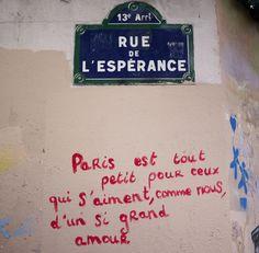 « Pray for Paris », place de la République - Le street art envahit les rues de Paris après les attentats - Elle