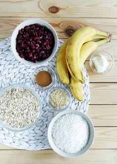 Hlídáte si linii, ale po ránu byste si stejně nejradši dali něco sladkého? Ovesné snídaňové sušenky si můžete dopřát bez výčitek! Jsou slazené pouze ovocem a díky vločkám a kokosu vás perfektně zasytí.