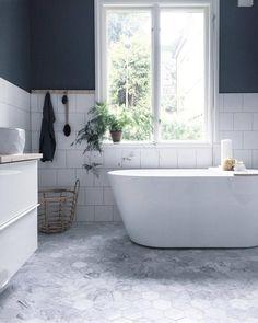Sjekk harmonien på dette badet - helt nydelig. Ikke minst hvordan de vakre hexagon flisene møter det moderne badekaret Hjemme hos @creamandnavy  #rørkjøp