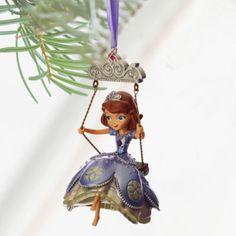Dale un perfecto toque de princesa a tu Navidad con este adorable colgante decorativo. Con un acabado irisado, este adorno de Princesa Sofía será una incorporación regia a cualquier árbol de Navidad.