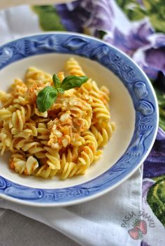 Makaron z marchewką i mozzarellą - Pasja Smaku Fusilli, Mozzarella, Curry, Ethnic Recipes, Food, Bulgur, Curries, Essen, Meals
