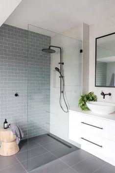 Small Bathroom With Shower, Bathroom Design Small, Bathroom Interior Design, Bathroom Designs, Modern Interior, Colorful Bathroom, Frameless Shower, Bathroom Showers, Interior Colors